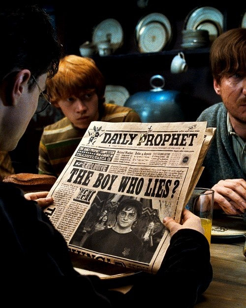 "ET.0627.Potter5.27 -- (L-r) DANIEL RADCLIFFE as Harry Potter, RUPERT GRINT as Ron Weasley and DAVID THEWLIS as Remus Lupin in Warner Bros. Pictures' 2007 fantasy movie ""Harry Potter and the Order of the Phoenix."" Harry Potter 5"