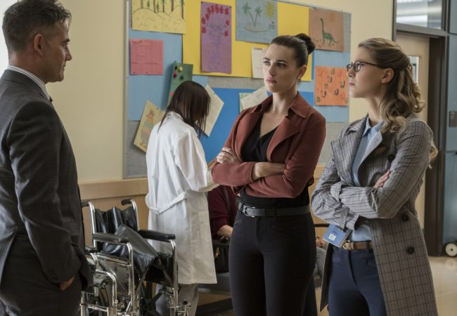 """image: Jeff Weddell/The CW Supergirl -- """"Damage"""" - Pictured (L-R): Adrian Pasdar as Morgan Edge, Katie McGrath as Lena Luthor, and Melissa Benoist as Kara -- © 2017 The CW Network, LLC. All Rights Reserved"""