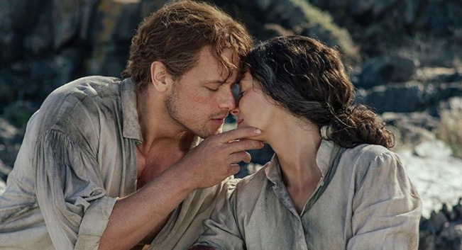 Claire and Jamie kiss in Outlander