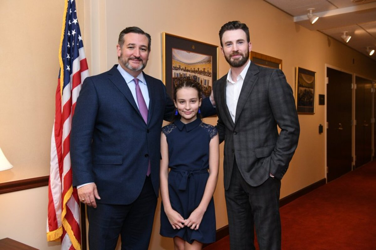 chris evans poses with ted cruz and his daughter in congress